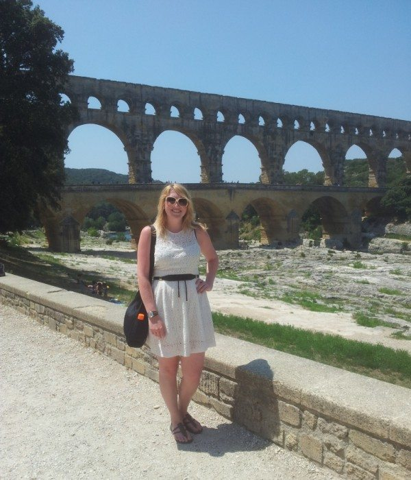 Viktoria with her Pacsafe Citysafe 200 in Pont du Gard, France.